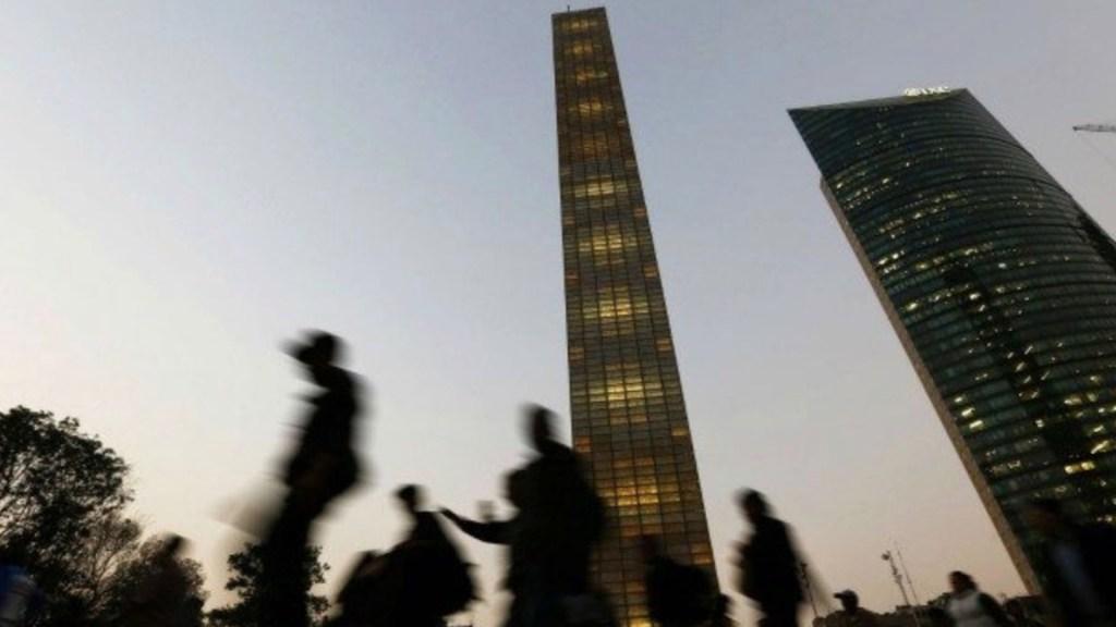 Ratifican sanción contra encargados de obra de la Estela de Luz por simular compra de acero a mayor precio - Foto de Forbes