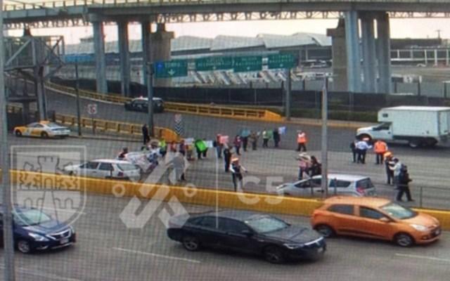 Artesanos triquis bloquean entrada al AICM para exigir créditos a la palabra - Foto de OVIAL