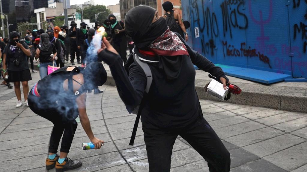 Marcha feminista avanza hacia el Zócalo, dejan pintas y gritan consignas - Marcha feminista Ciudad de México
