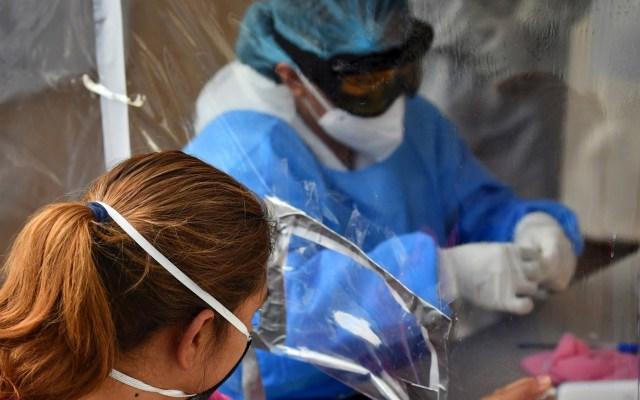 #EnVivo Conferencia sobre coronavirus en México (03-09-2020) - Empleados de la Salud de México practican pruebas a personas en un pabellón instalado en la Central de Abastos, en Ciudad de México. Foto de EFE/ Jorge Núñez.
