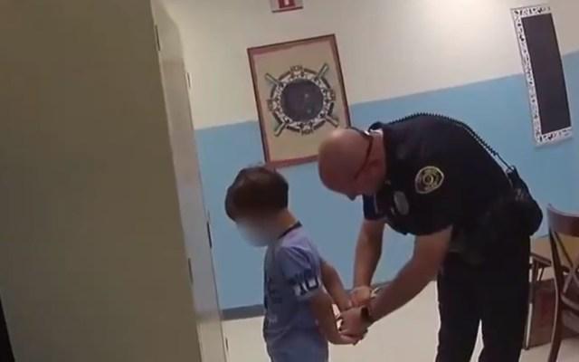 #Video Detienen en Florida a niño de 8 años al interior de escuela - Momento en que policía de Florida intenta colocar unas esposas a un niño de 8 años. Captura de pantalla