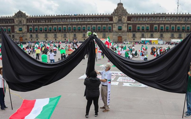 Despliegan enorme moño negro en el Zócalo en protesta por muertes por COVID-19 - Moño negro en manifestación contra el Gobierno Federal por muertes derivadas del COVID-19. Foto de EFE