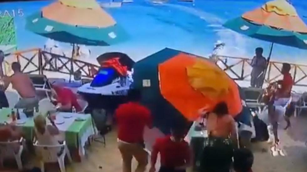 #Video Moto acuática arrolla a comensales de restaurante en Cabo San Lucas - Moto acuática arrolla a comensales en Cabo San Lucas. Captura de pantalla