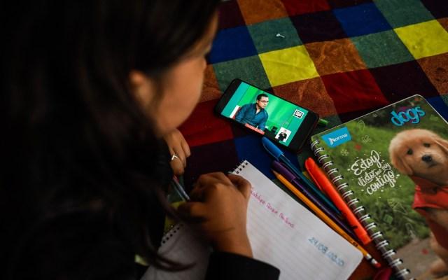 Ningún alumno reprobará mientras se mantengan clases a distancia: SEP - Niña toma su primera clase virtual del ciclo escolar 2020-2021. Foto de EFE