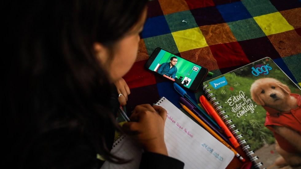 Concluyen vacaciones decembrinas; 25 millones de alumnos retoman clases a distancia - Niña toma su primera clase virtual del ciclo escolar 2020-2021. Foto de EFE