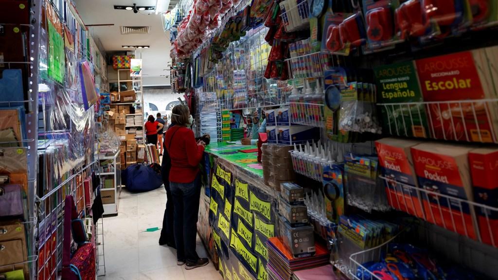Reabren en Ciudad de México papelerías y ópticas con Semáforo Rojo - Papelería en la Ciudad de México. Foto de EFE