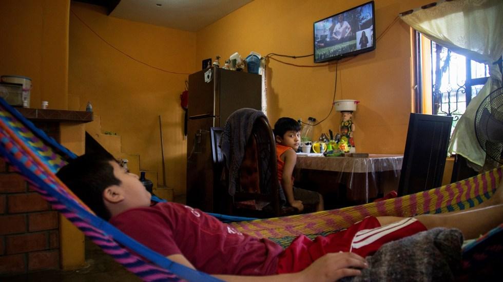 Abandonan la escuela 5.2 millones de mexicanos por pandemia - Dos hermanos indígenas toman su primera clase virtual, en Tehuantepec, estado de Oaxaca. Foto de EFE