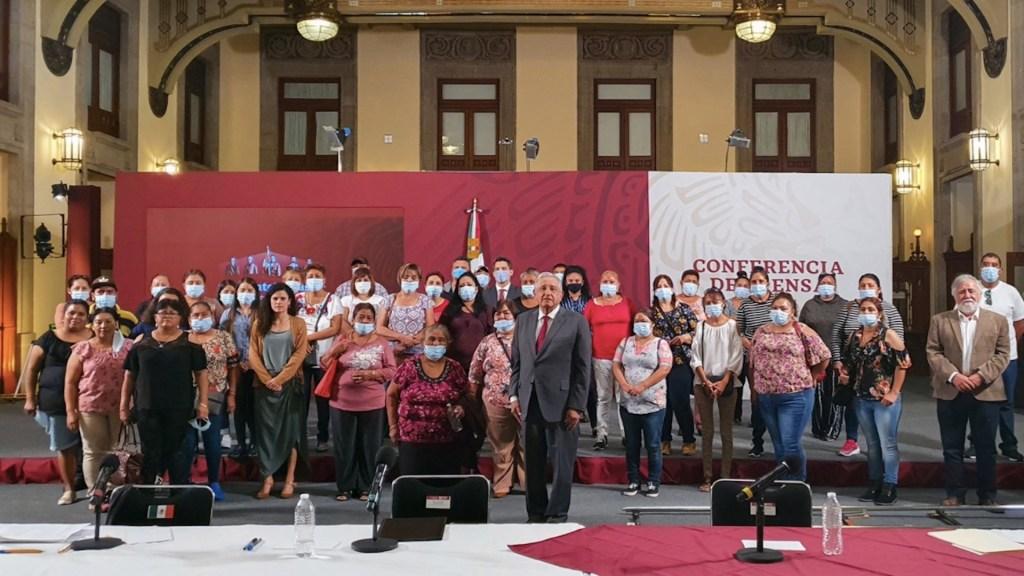 López Obrador reitera compromiso de rescate de cuerpos de mineros de Pasta de Conchos en reunión con familiares - Foto de Twitter Andrés Manuel López Obrador