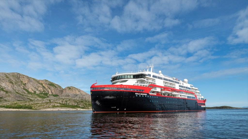 Dan positivo a COVID-19 33 miembros de la tripulación de crucero noruego - El crucero Roald Amundsen. Foto de Hurtigruten.