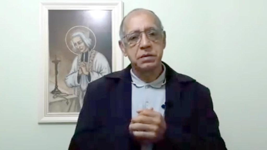 """#Video Sacerdote brasileño """"deseó"""" que fieles que no van a misa no accedan a vacuna contra COVID-19 - Sacerdote pide perdón tras desear que fieles que no van a iglesia no accedan a vacuna contra COVID-19. Captura de pantalla"""