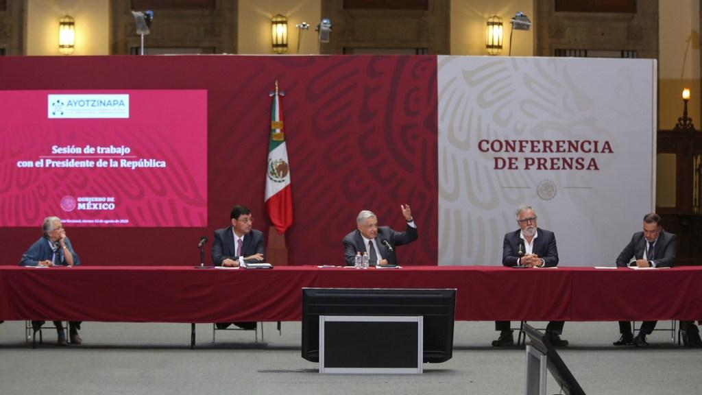 """""""No claudicaremos"""", promete López Obrador en caso Ayotzinapa - Sesión de trabajo por el caso Ayotzinapa. Foto de @lopezobrador_"""