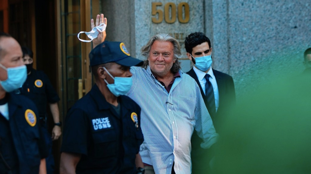 Liberan a Steve Bannon, exasesor de Trump,  tras pago de fianza de 5 mdd - Foto de EFE