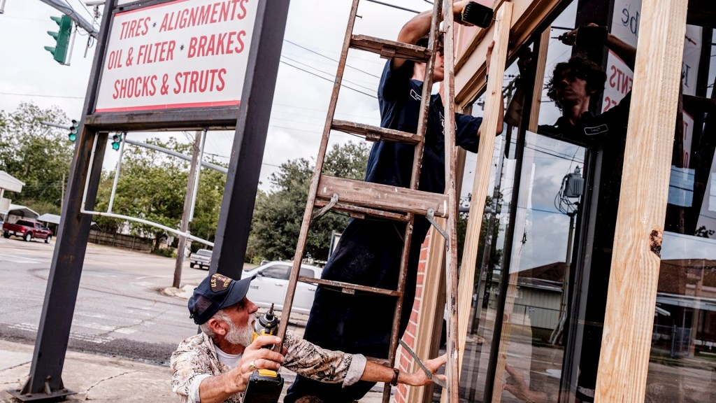 En Texas y Louisiana miles desalojan ante llegada del huracán Laura - Texas Louisiana Huracán Laura Estados Unidos