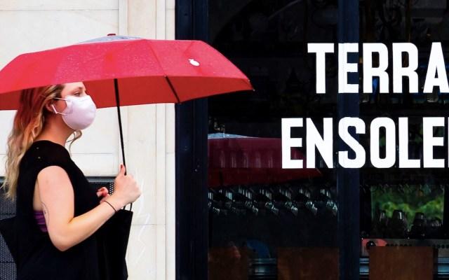 Profesores en Francia podrán quitarse el cubrebocas si mantienen distancia de dos metros con alumnos - Foto de EFE