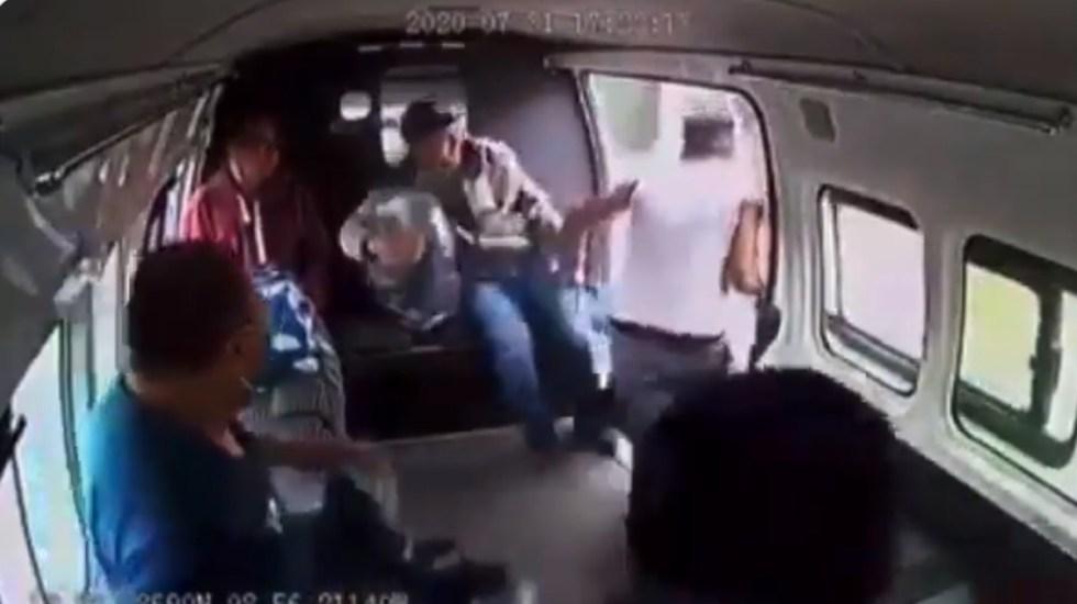 #Video Pasajeros dan golpiza a ladrón sobre la México-Texcoco - Usuarios retienen a ladrón para golpearlo sobre la México-Texcoco. Captura de pantalla