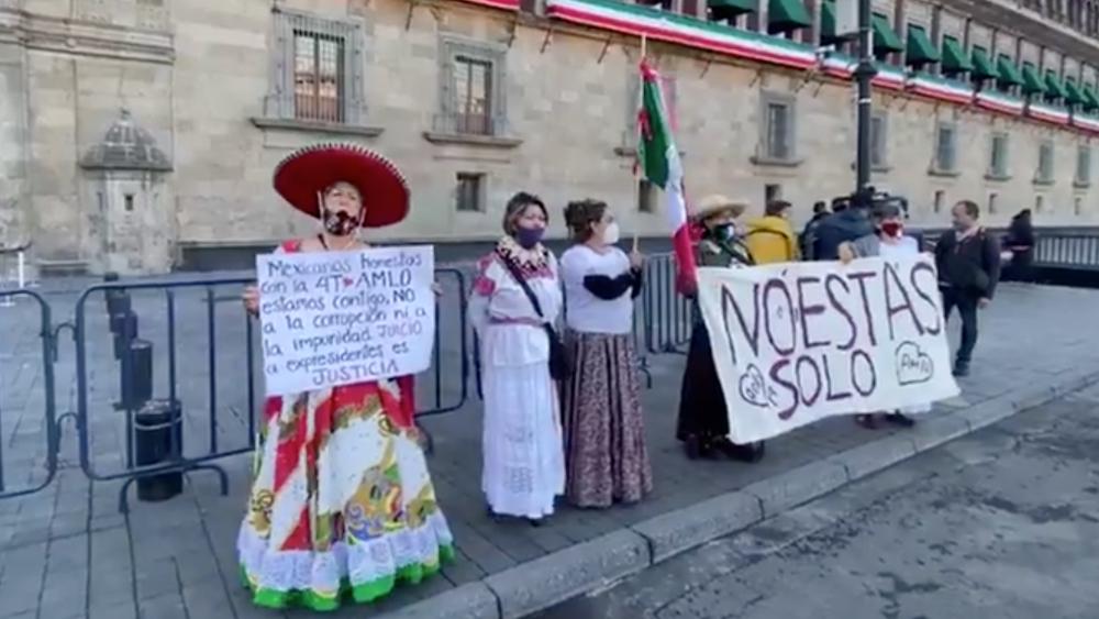 Llegan 'adelitas' en apoyo a AMLO por Segundo Informe de Gobierno - Foto de Milenio