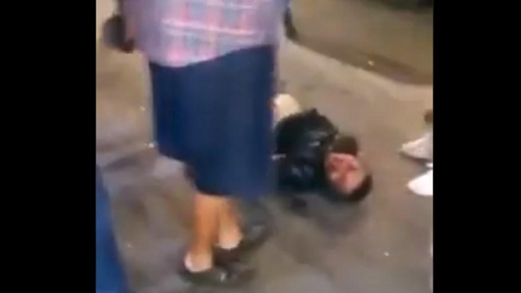 #Video Dan golpiza a presunto asaltante en Ecatepec por apuntar pistola contra menor - Asaltante golpeado sobre la Av. Central en Ecatepec. Captura de pantalla