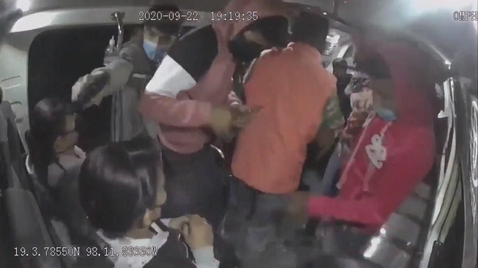 #Video Asalto a pasajeros en transporte público de Puebla; detienen a 3, entre ellos una menor de 15 años - Asalto a pasajeros del transporte público en Puebla. Captura de pantalla