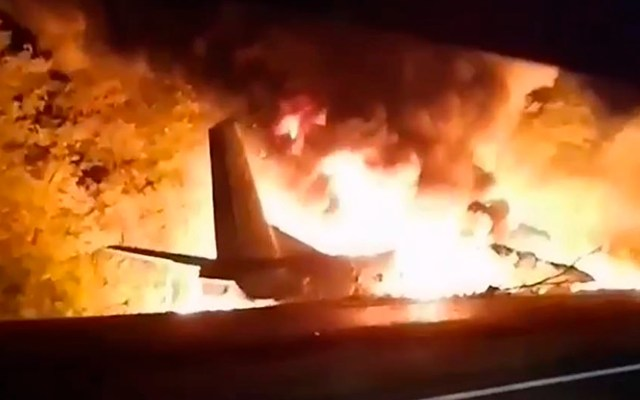 Caída de avión militar en Ucrania deja al menos 22 muertos - El avión se estrelló y estalló en la ciudad de Chuhuiv, Ucrania. Foto Captura de pantalla