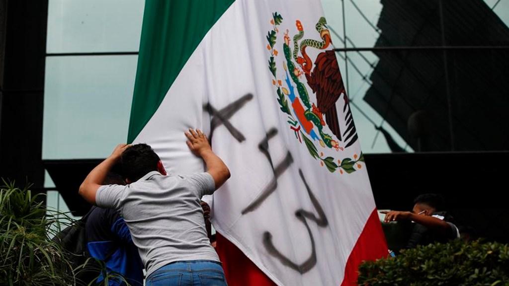 Padres de los 43 jóvenes desaparecidos de Ayotzinapa protestaron afuera de la Judicatura federal. Foto EFE