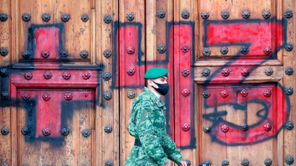 Exigen justicia en marcha nacional por Ayotzinapa; realizan pintas en Palacio Nacional - Foto de EFE