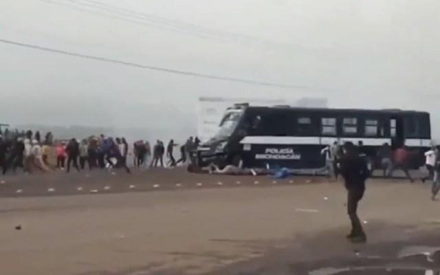 #Video Embiste camión de la Policía de Michoacán a normalistas en Tiripetío - Camión de la Policía de Michoacán embiste a manifestantes en Tiripetío. Captura de pantalla