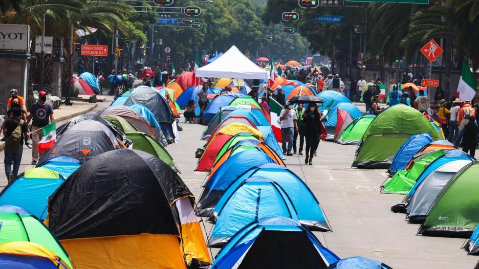Garantiza Omar García Harfuch 'piso parejo' en CDMX para todos los manifestantes - Campamento de FRENAAA instalado sobre Avenida Juárez. Foto de EFE