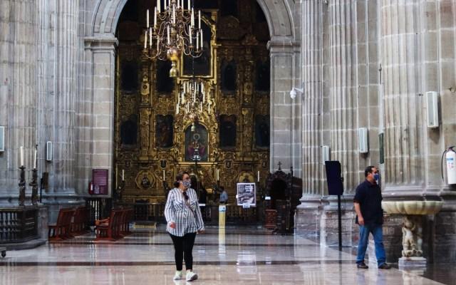 Abren Zócalo capitalino a feligreses para asistir a Catedral Metropolitana - Feligreses en la Catedral Metropolitana de la CDMX. Foto de EFE