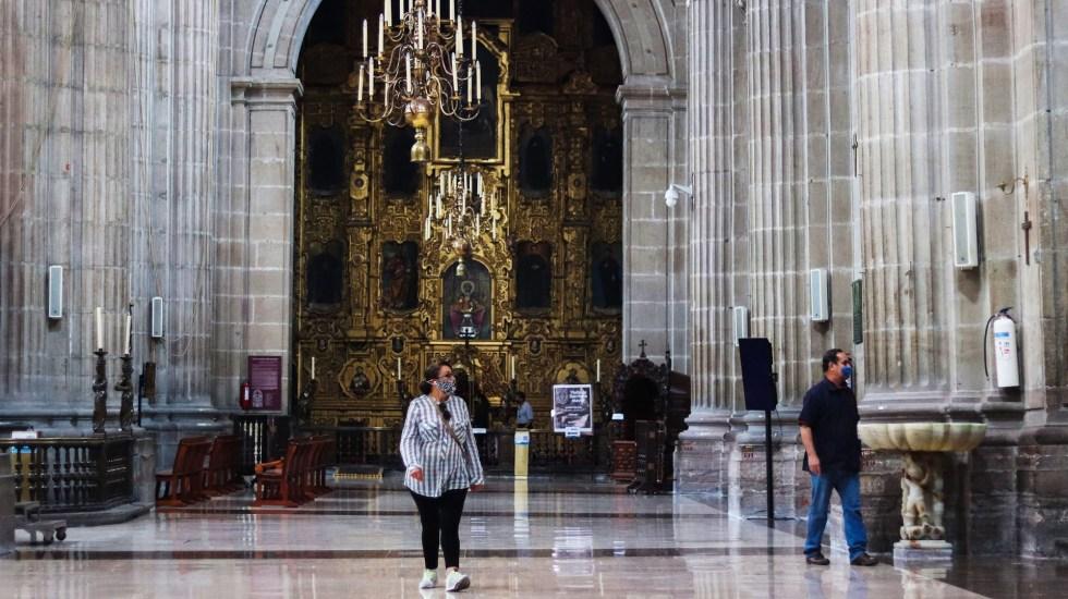 """Piden ayuda financiera para la Catedral Metropolitana; """"está en un estado penoso"""", lamenta el doctor Germán Campos - Feligreses en la Catedral Metropolitana de la CDMX. Foto de EFE"""