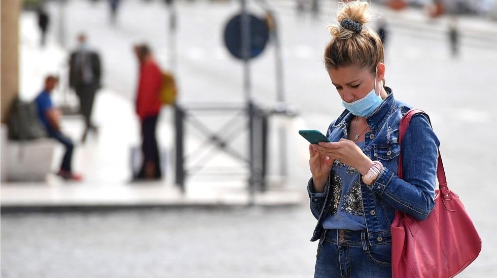 Google Maps informará sobre brotes de COVID-19 - Celular teléfono mujer