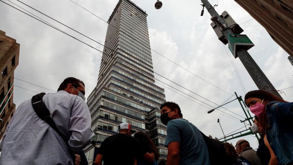 Reapertura de actividades coincide con incremento en exceso de mortalidad en México - Personas con cubrebocas para prevenir el COVID-19 en la Ciudad de México. Foto de EFE