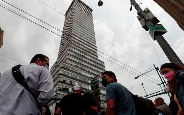 """""""Las ciudades son como las personas, para tener éxito primero hay que definir su vocación"""", reflexiona Enrique de la Madrid - Personas con cubrebocas para prevenir el COVID-19 en la Ciudad de México. Foto de EFE"""