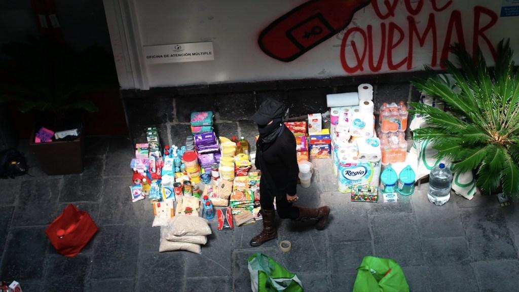 Reciben donativos manifestantes que mantienen tomadas instalaciones de la CNDH - Foto de EFE