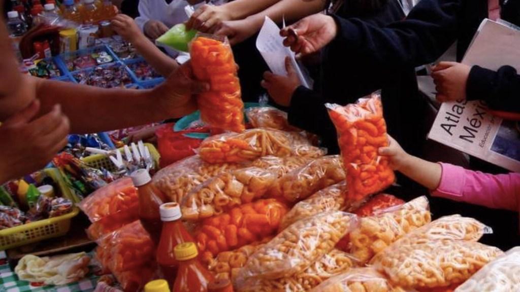 Alimentos procesados causan la mitad de las muertes en México, advierte López-Gatell - Venta de comida chatarra. Foto de El Heraldo de Juárez