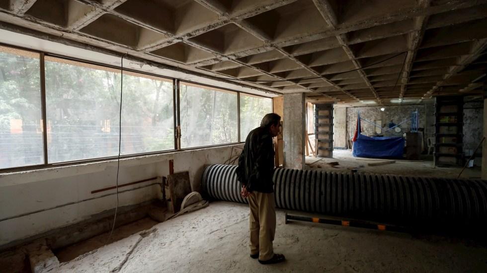 A tres años del#19S, la reconstrucción es aún una deuda pendiente - Un habitante de un edificio de apartamentos que resultó afectado por el sismo ocurrido el 19 de septiembre de 2017 en Ciudad de México, observa los avances de reconstrucción el 14 de septiembre de 2020 en Ciudad de México. Foto de  EFE/José Méndez