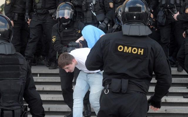 Detienen en Bielorrusia a más de 250 personas durante marcha contra el presidente Lukashenko - Detención de joven durante marcha pacífica en Minsk. Foto de EFE
