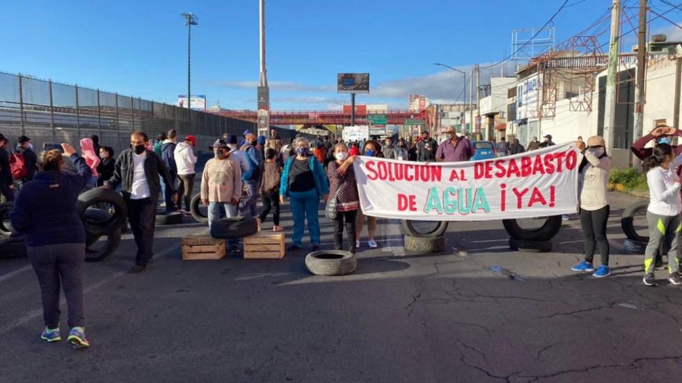 Manifestantes bloquean avenida Central, en Ecatepec; exigen suministro de agua - Foto de @reporterofrank