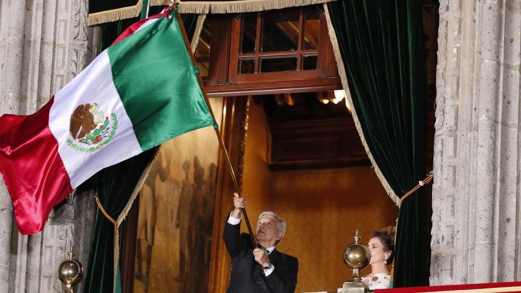 Los 20 'Vivas' de López Obrador durante el Grito de Independencia - El presidente López Obrador ondea la Bandera de México durante Grito de Independencia. Foto de EFE