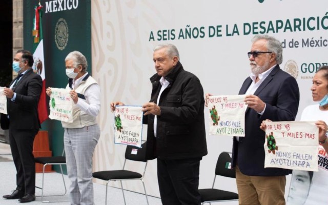 El presidente López Obrador se reunió con padres de los 43 normalistas de Ayotzinapa para presentar los avances en la investigación - Foto de Twitter Alejandro Encinas