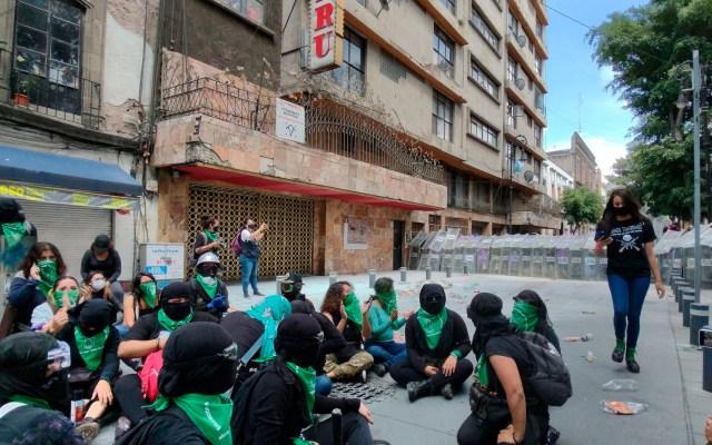 Feministas chocan con policías en el Centro de la Ciudad de México - Feministas encapsuladas por policías. Foto @abismada_