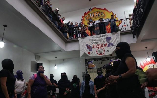 Ocupación feminista de la CNDH cumple 14 días con fisuras - Feministas al interior de la CNDH del Centro Histórico de la CDMX. Foto de EFE