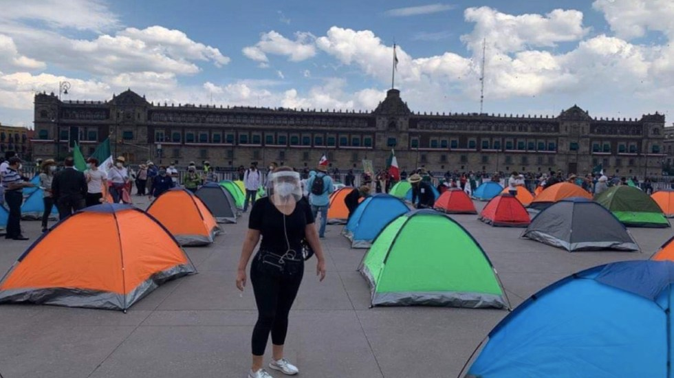 FRENAAA amaga con crear autodefensas y colocar vallas eléctricas en el Zócalo - Plantón de FRENAAA en el Zócalo con casas de campaña. Foto de @jequesa