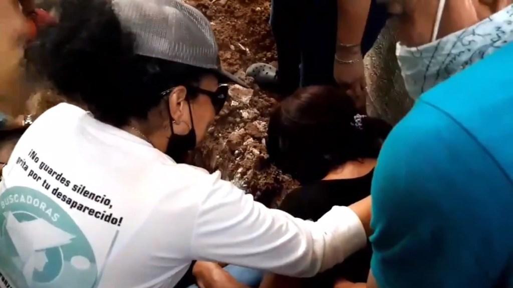 #Video Madre encuentra en fosa clandestina los restos de su hijo desaparecido. Noticias en tiempo real