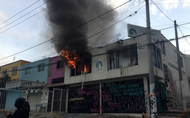 #Video Feministas incendian la Codhem en Ecatepec - Incendio de la Codhem en Ecatepec. Foto de @madeleinewhat