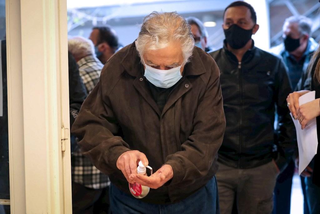 José Mujica hospitalizado de emergencia tras clavarse espina en el esófago - El expresidente y senador uruguayo José Mujica se desinfecta las manos con gel antes de votar, durante el desarrollo de las elecciones departamentales, en Montevideo. Foto de EFE/Raúl Martínez.