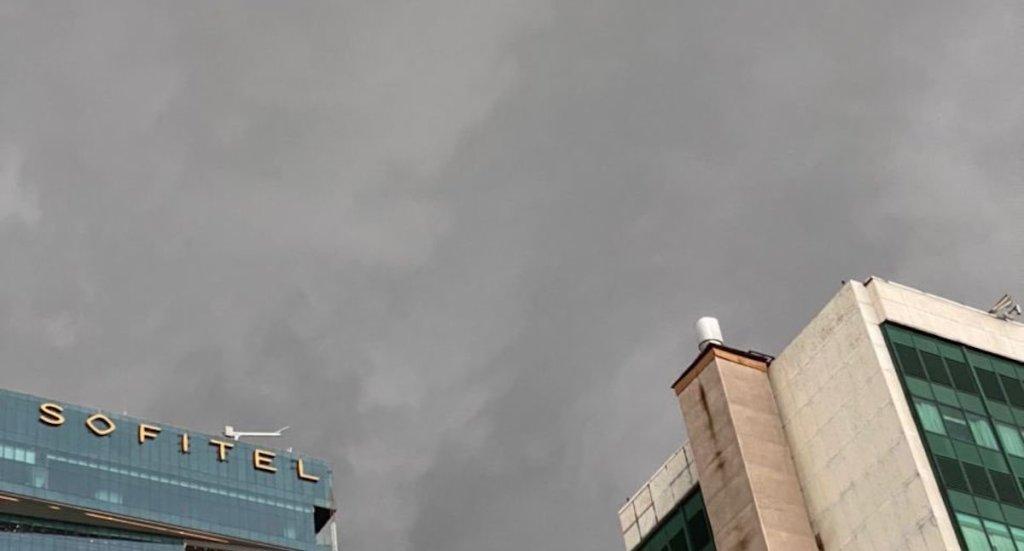 Fuerte lluvia provoca caída de árboles en la Ciudad de México; activan Alerta Naranja - Lluvia en la Ciudad de México. Foto de @SkyAlertStorm.