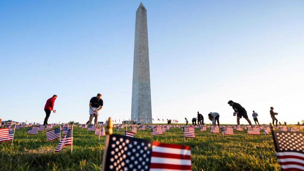 Biden anuncia homenaje a víctimas de COVID-19 en víspera de su investidura - Partidarios del Proyecto COVID Memorial colocan 20 mil banderas estadounidenses en el National Mall de Washington en homenaje a las víctimas de COVID-19 en EE.UU. Foto de EFE
