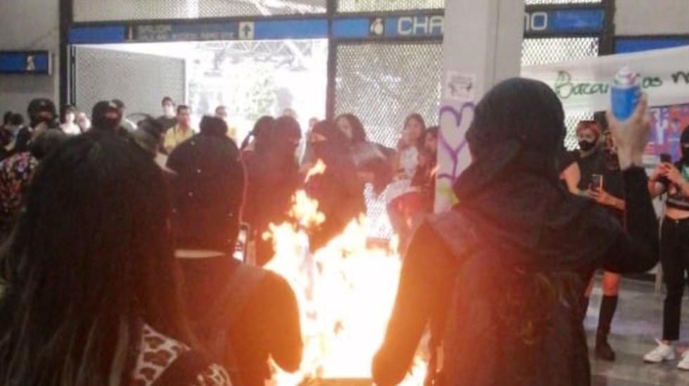 Mujeres protestan y vandalizan en Metro Chabacano - Foto de @MrElDiablo8