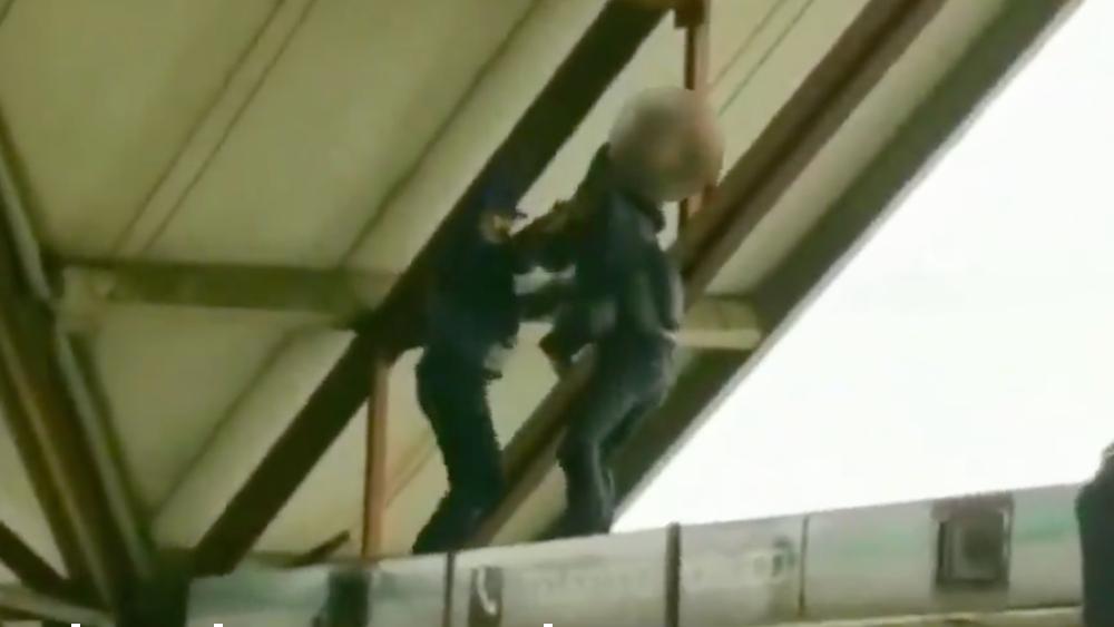 #Video Policías frustran intento de suicidio en el Metro Ciudad Azteca - Foto de SSC CDMX