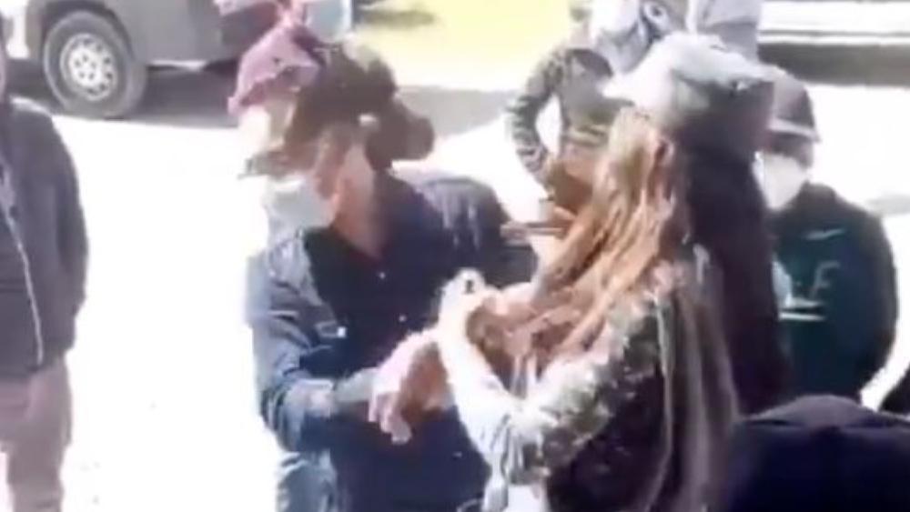 #Video Mujer cachetea a alcalde en Tlaxcala; lo acusa por incumplir compromisos - Foto de captura de pantalla